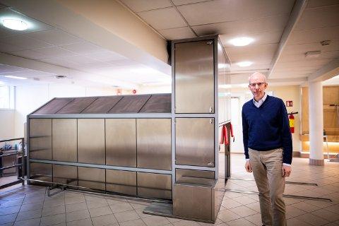 GAMMELT ANLEGG: Harald Ringstad fra kirkelig fellesråd sier krematoriet ved Stalsberghagen trenger ny kjølemaskin.