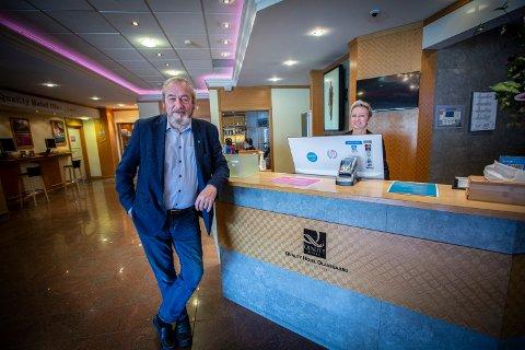 Bookingmedarbeider Kristin Moen er én av få ansatte som ikke er permittert ved Olavsgaard Hotell. Gründer og styremedlem Per Harald Fjellheim håper å unngå oppsigelser.