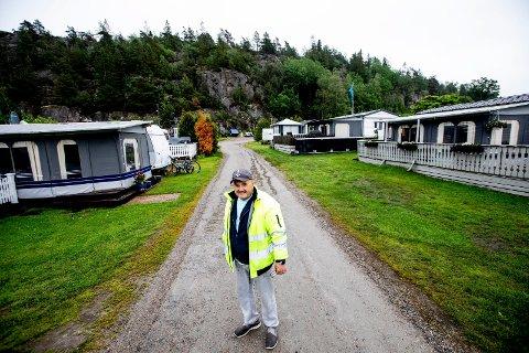 Rolf Øren (64) fra Lillestrøm driver campingplassen Ylserød ved Strømstad i Sverige.  Problemet nå er at de 200 faste vognene eies av nordmenn og på grunn av utreise- og innreise-forbud og karantenebestemmelser kvier nordmenn seg til å krysse svenskegrensen. Alle bildene av Øren ble tatt før sesongstart i fjor vår.