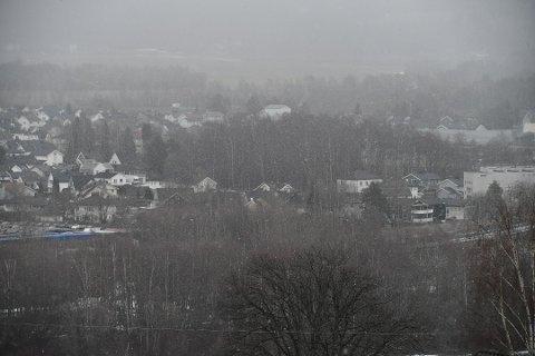 SISTE REST: I løpet av natten kan vinterens siste krampetrekning nå Romerike i form av snø. Her illustrert med et bilde fra Rælingen fra april i fjor.