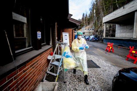 """VIL TESTE FLERE: I løpet av mai måned skal alle kommunene i Norge kunne teste fem prosent av innbyggerne sine. Bildet er tatt fra """"drive through-testingen"""" i Fetsund."""