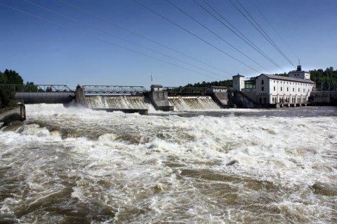 MÅLEPUNKT: Vannføringen forbi Rånåsfoss kraftstasjon gir en målestokk på hvor stor flommen blir. Fredag passerte 512 kubikkmeter vann i sekundet gjennom fossen. 4. juni 1995 var vannmengden utrolige 4000 kubikkmeter.
