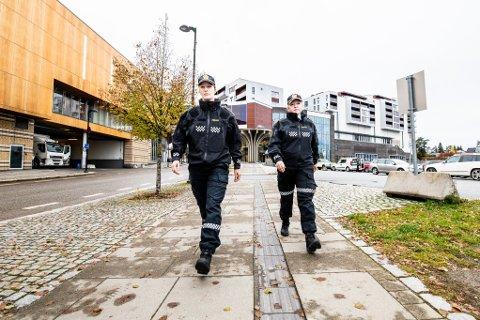 Karin Borgenvik, seksjonsleder for nærpoliti i Øst politidistrikt og Anne Kathrine Hofseth  Gundersen (t.h.), avsnittsleder for forebyggende avdeling ved Gjerdrum, Nannestad og Ullensaker lensmannskontor, håper foreldre kan vise ekstra ansvar for sine barn, natt til 1. mai.