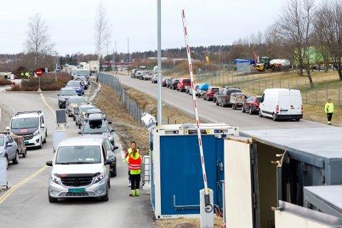 KØ: Slik så det ut da Skedsmo gjenvinningstasjon gjenåpnet 1. april. Mandag var det enda verre.