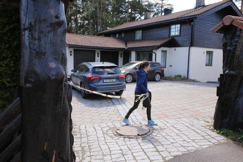 FORTSETTER RANSAKING: Politiet har fått medhold av tingretten til å fortsette med ransaking av boligen i Sloraveien på Fjellhamar.