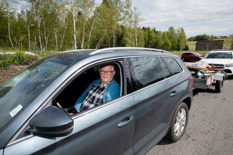 VENTETID: Flere tenkte samme tanke som Kjell Rønningen fredag denne uken og strømmet til flere av distriktets gjenvinningsstasjoner.