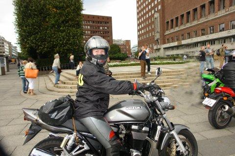 OPPMERKSOM: Et sikkert vårtegn er at motorsyklistene inntar trafikken igjen. Kari-Anne Søreng-Stensrud, fylkessekretær for Oslo- og Akershus krets NMCU, råder bilister om å følge med.