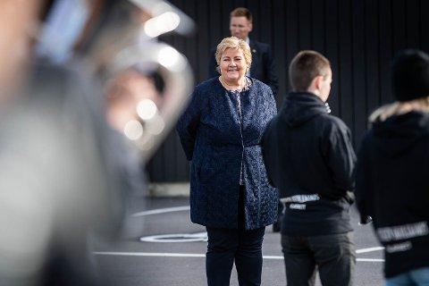 GLEDE: Statsminister Erna Solberg tok tirsdag ettermiddag turen til Rælingen for å se hvordan et av Østlandets største korps forbereder seg til nasjonaldagen.