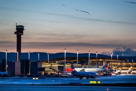 Flyselskapene i Norge vil heller ha påbud om å bruke munnbind om bord på fly enn løsningen norske helsemyndigheter har bestemt seg for. Foto: Håkon Mosvold Larsen / NTB scanpix