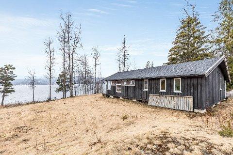 SOLGT: Denne hytta ved Hurdalsjøen ble nylig solgt for 1,3 millioner over prisantydning.