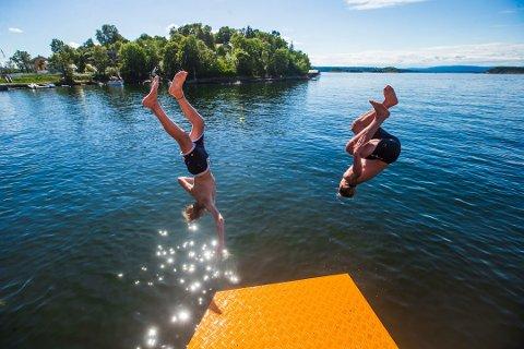 HOPP I HAVET: Lørdag gjelder det å nyte siste rest av sommervarmen. Nå blir det kaldere.