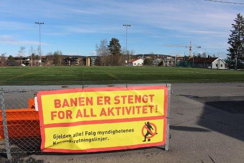 RAMMET HARDT: Både idretts- og kulturlivet ble hardt rammet da all aktivitet ble stengt ned som følge av koronapandemien. Bildet er fra Rolvsrud stadion i begynnelsen av april.