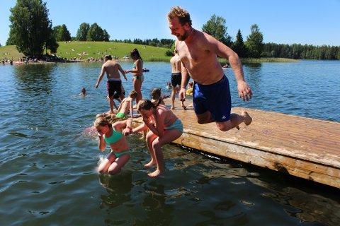 BADEMULIGHETER: Da RB besøkte Nordbytjernet 14. juni, hoppet Marius Sivertsen fra Dal sporty uti sammen med datteren Hadde og venninnen Emma