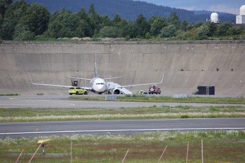 EVAKUERT: Dette Ryanair-flyet ble utsatt for en bombetrussel under en reise fra London til Oslo. Nå forsøker politiet å finne ut hva som skjedde.