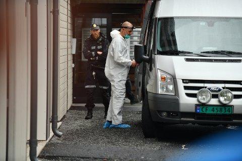 UNDERSØKELSER: Krimteknikere gjorde undersøkelser ved adressen hvor det søndag morgen ble funnet to livløse barn og en alvorlig skadet kvinne.