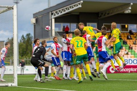 RAGET: Espen Garnås gikk høyest i feltet da han skallet inn 1-1-scoringen på overtid.