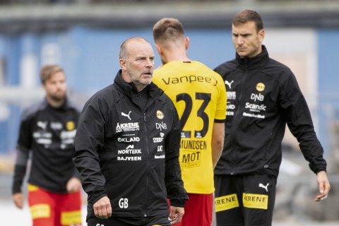 UTEN FORKLARING: LSK-trener Geir Bakke har ikke noe godt svar på hva som skjer med LSK-laget underveis i kamper. Mandag åpnet de kampen godt og fikk ledelsen, men ga den fra seg med tre baklengsmål.