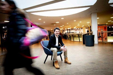 FORNØYD SENTERLEDER: Christopher Castberg på Metro i Lørenskog har aldri opplevd maken til omsetningsveksten den siste måneden. Han er bare én av kjøpesentersjefene på Romerike som kan smile.