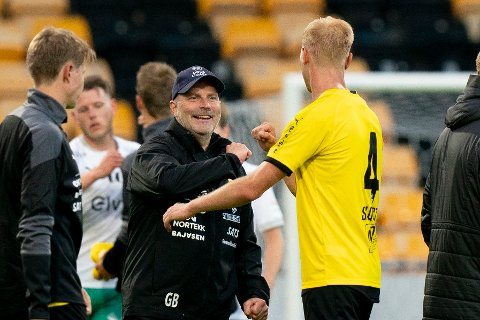 VIL SE SMIL: LSK-trener Geir Bakke var storfornøyd da han takket Tobias Salquist for kampen etter forrige seier mot Ham-Kam. Nå vil ha se smilene tilbake hos spillerne sine.