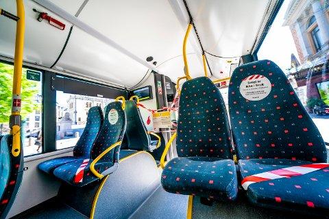 FORTSATT REDUSERT KAPASITET: Selv om setemerkingen er fjernet på bussene, er det fortsatt begrensninger på antall ståplasser.
