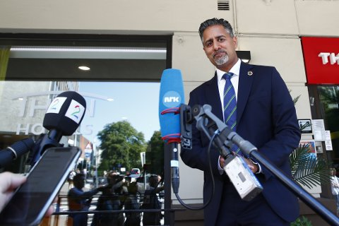 Abid Raja (V) møter pressen i forbindelse med møtet i Venstres valgkomité, som er samlet for å diskutere lederspørsmålet. Foto: Terje Pedersen / NTB scanpix