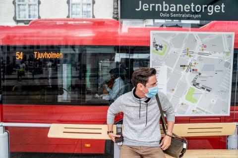 HASTER: Voksne må vente – enten de har munnbind eller ikke, mener Folkehelseinstituttet. Nå må skoleungdom få plass først på bussen.