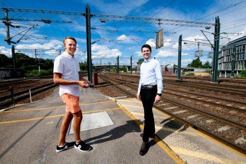 ROSES: Datastudentene Henrik Holdhus Andresen (t.v.) og Mitch Rijke overgikk forventningene til Bane NOR.