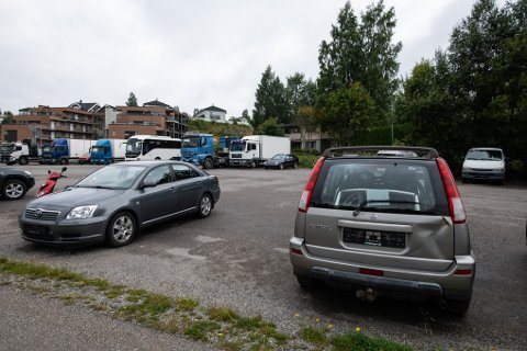 HENSATT: Det sto også en del uregistrerte kjøretøyer på området fredag ettermiddag.