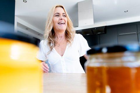 Mette Valskaars små ansatte har hatt en hektisk sommer. Hun mener den norske honningen selges for billig, og har planer å å utvikle honning med flere smaker.