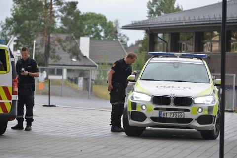 RYKKET UT: Politiet fikk meldingen om ranet fredag kveld klokka 18.02 og rykket ut med bevæpnet politi.