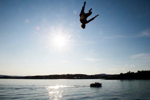 SISTE REST AV SOMMER: De tre neste dagene gir gode muligheter for å bade, hvis du tåler litt kaldere vann enn det var midt på sommeren. Foto: Jon Olav Nesvold/NTB Scanpix