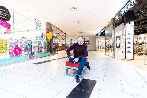 BESØKSREKORD: Aldri før har så mange kunder vært innom Strømmen Storsenter i juli. – Vi hadde over 600.000 besøkende, sier senterleder Per Kristian Trøen.