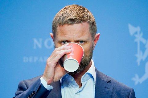 Helseminister Bent Høie innrømmer at regjeringen frykter flere hjemmefester når den nå innfører forbud mot alkoholservering etter midnatt. Foto: Lise Åserud / NTB scanpix