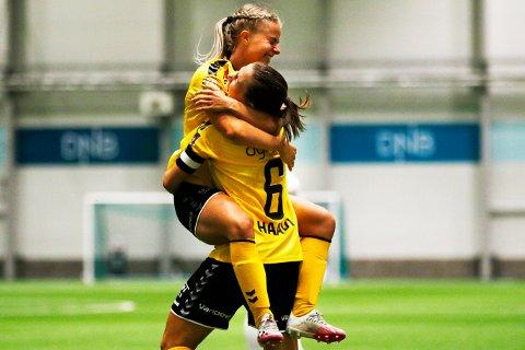 SUPERDUO: Emilie Woldvik og Emilie Haavi scoret hvert sitt mål i 2-1-seieren over Arna-Bjørnar søndag ettermiddag.