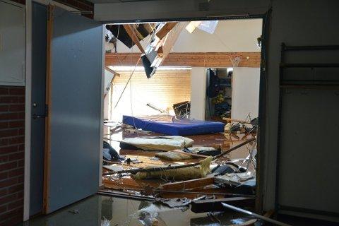 KOLLAPSET: Slik så det ut rett etter at taket på gymsalen raste i august.