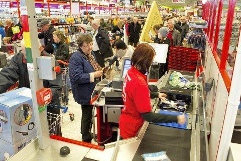 Kjøper du mange plastposer når du handler i Sverige? Det koster både deg og miljøet dyrt. Svenskene har nemlig innført en høy avgift på plastposer fra 1. mai i år.