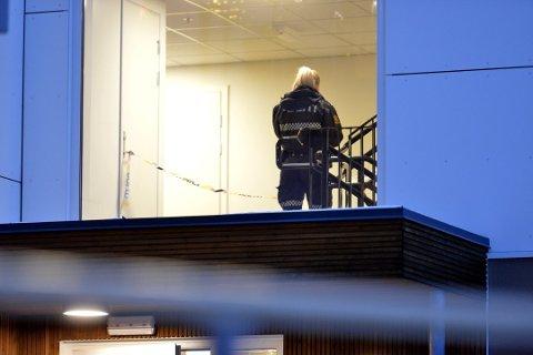 PÅGREPET: En 52 år gammel mann ble pågrepet etter at en snekker i 30-årene ble knivstukket tre ganger i magen. 52-åringen er nå tiltalt for drapsforsøk, og påtalemyndigheten mener han var psykotisk i gjerningsøyeblikket.