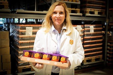 Anniken Bjørnå, daglig leder i Honningcentralen på Kløfta, med et av honningbrettene som er produsert i bedriftens lokaler. Nå vil Bjørnå jobbe for å utvikle en medisinsk honning som hun mener kan ha stor verdi som merkevare i utlandet. Alle foto: Elisabeth Johnsen