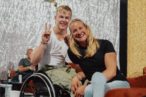 """Philip Raabe fikk prøve stolen til dansepartner Birgit Skarstein. Han har selv sittet i rullestol da han brakk beinet som femåring. – Jeg husker at jeg så på """"Lets dance"""" fra stolen og  sa til moren min at jeg ville begynne med dans."""