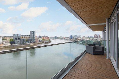 John Carew har lagt ut luksusleiligheten sin i London for salg. Den ligger i åttende etasje, har blant annet to balkonger med utsikt mot elven Themsen. Carew har hatt leiligheten i 10 år