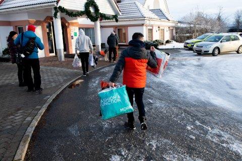 HEKTISK: Folk strømmet til med ting de vil gi bort til de rammede på Olavsgaard hotell.