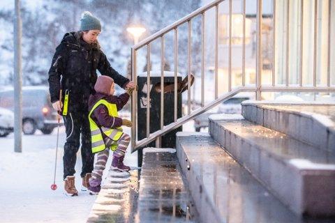 Trappa til Eidsvoll bibliotek i Sundet mangler hjelpemidler for blinde, enten en skal opp eller ned trappa. Også innendørs møter Mollie hindringer.
