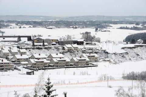 I GANG: Restverdiredning (RVR) er nå igang med å hente ut eiendeler fra de evakuerte boligene i Gjerdrum. Søndag fikk imidlertid 143 beboere tilbud om å hente ut det nødvendigste.