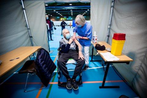 FÅR VAKSINE: En av de første som fikk koronavaksinen i Lillestrøm torsdag formiddag var Jakob Vevang (101). Hilde Bosch setter vaksinen.