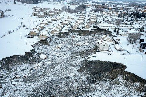 SKRED: Bilde tatt fra helikopter av området der et stort jord- og leirskred ødela flere boliger på Ask i Gjerdrum onsdag 30. desember. Sju personer er funnet omkommet og tre er fortsatt savnet.