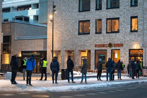 SMITTEVERN: Det ble lange kø da Folkets Kebab åpnet ny restaurant i Lillestrøm. Da RB var på stedet sørget vaktene for at smittevernet ble ivaretatt.