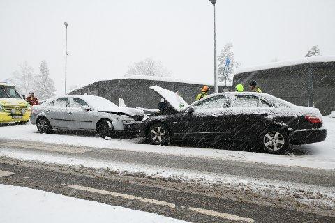 To biler frontkolliderte langs Strømsveien onsdag ettermiddag.