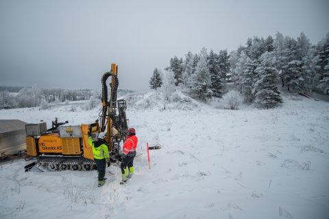 IKKE FERDIGE: Grunnboringene ved Hovinhøgda skole skulle vært ferdige nå, men må fortsette neste uke. Skolen er nå stengt.