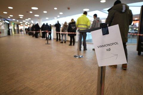 LANG KØ: På Metro var det lang kø utenfor Vinmonopolet lørdag. Foto: Vidar Sandnes