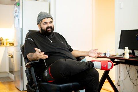 SLANKERE: Komikeren Abubakar Hussain veide 208 kilo på sitt meste og endte opp med hjertesvikt for noen år siden. Nå veier han 139 kilo, og håper på å gå ned enda mer.